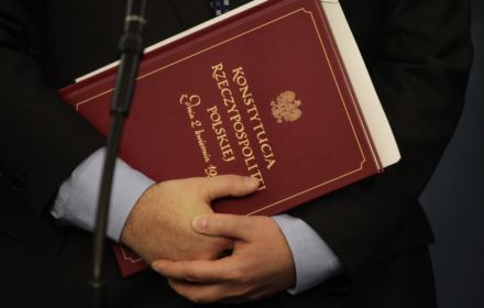Poseł Apel nie zajrzał do konstytucji i opowiada dyrdymały