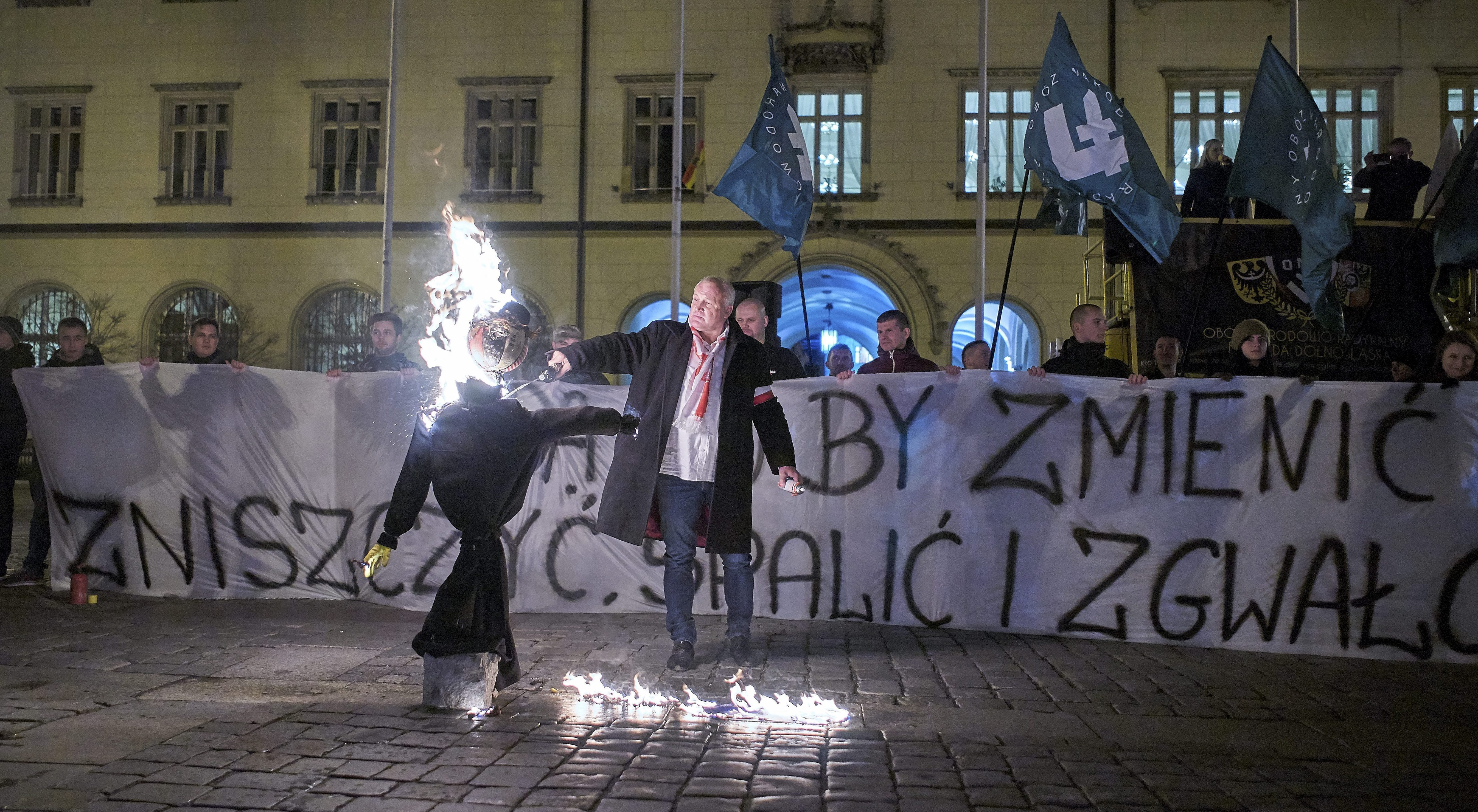 Piotr Rybak podpala kukłę Żyda na rynku we Wrocławiu w listopadzie 2015 r.