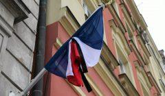 Czarny kir na opszczonej do polowy masztu francuskiej faldze - na wroclawskim rynku