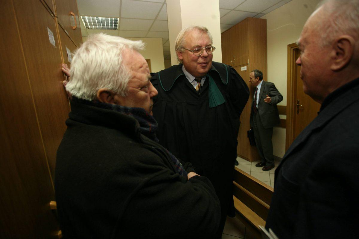 Andrzej Lew Mirski (w todze), przed rozprawą z powództwa Jana Kobylańskiego przeciwko dziennikarzom