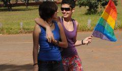 Lésbicas_caminhando_com_bandeira_lgbt
