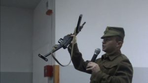 Mirosław Majkowski podczas prezentacji w szkole podstawowej
