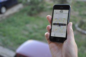 Uber to marka, pod którą występują firmy parataksówkowe w wielu krajach. I aplikacja kojarząca kierowców z pasażerami