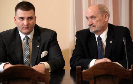 Macierewicz wręcza złoty medal Misiewiczowi. Morawiecki zapowiada repolonizację banków. Kronika Skórzyńskiego (13-19 sierpnia 2016)