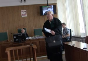 8 września 2016 r. Mecenas Andrzej Lew- Mirski podpisuje ugody z bliskimi ofiar katastrofy smoleńskiej. Fot. Jakub Stachowiak
