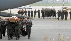 23.04.2010 r. Przylot trumien z ciałami ofiar katastrofy smoleńskiej la lotnisko Okęcie Fot. Wojciech Olkuśnik/ Agencja Gazeta