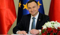 Andrzej Duda podpisuje ustawę
