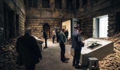 Pierwsi zwiedzajacy w Muzeum II Wojny Swiatowej.