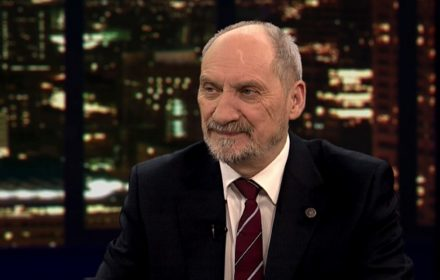 Od 1991 do 2015 r. Bronisław Komorowski decydował o kształcie armii polskiej. Jako minister obrony narodowej, nadzorujący służby specjalne, przewodniczący komisji obrony, wreszcie prezydent (...) promował środowiska związane z dawnym systemem.