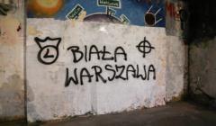 Rasistowskie bazgroly na elewacjach na Nowym Swiecie w Warszawie