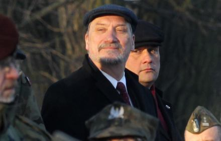 Absolutnie się zgadzam, że jest niedopuszczalne żeby oficerowie wojska polskiego meldowali się komukolwiek poza ustalonymi prawnie osobami.Takie wypadki nie mają miejsca. Taki wypadek miał raz miejsce, blisko rok temu i nigdy więcej się nie powtórzył.