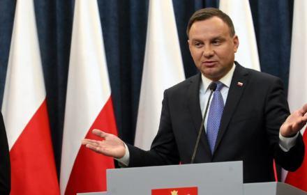 Zgodnie z zasadami konstytucyjnymi w okresie pokoju prezydent Rzeczypospolitej wykonuje swoją funkcję zwierzchnika sił zbrojnych za pośrednictwem ministra obrony narodowej. Chciałbym, żeby w tym zakresie Konstytucja RP była w pełni przestrzegana.