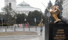 Zloty pomnik ministra Jana Szyszki pod Sejmem