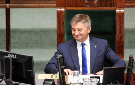 Kuchciński tłumaczy swe loty służbą publiczną, ale 84 proc. z nich było z/do domu. Liczby go demaskują