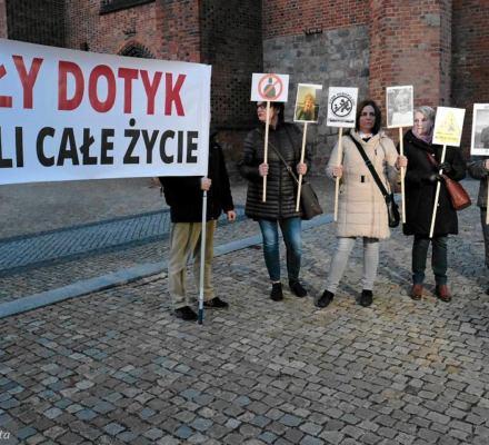 Polscy biskupi kryją księży pedofilów i unikają odpowiedzialności. Wytyczne Episkopatu słabo działają