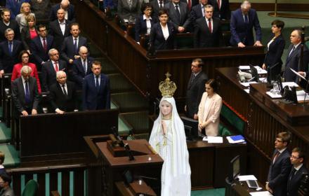 Większość posłów i posłanek nie uznaje rozdziału Kościoła od państwa. Matka Boska w Sejmie