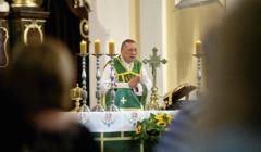 Proboszcz parafii Najswietszego Serca Pana Jezusa ks. pralat dr Roman Kneblewski.
