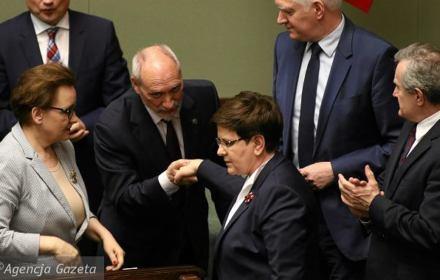 Premier Szydło atakuje Unię i chwali silnego polityka - Antoniego Macierewicza. Kronika Skórzyńskiego (20-26 maja 2017)