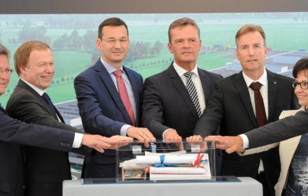 Feta PiS na otwarciu budowy polskiej fabryki Mercedesa. Tylko co tu świętować? Do inwestycji sporo dopłacimy