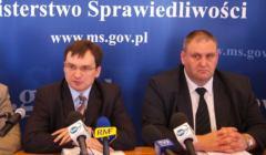 2006 rok. Konferencja prasowa ministra sprawiedliwości Zbigniewa Ziobro; obok - Bogdan Święczkowski. Fot. Waldemar Kompala/ Agencja Gazeta