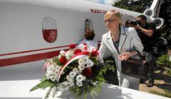 Beata Gosiewska składa kwiaty podczas odsłonięcia betonowej makiety Tu-154 ze Smoleńska - 2012, Kalków