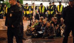 Manifestacja w obronie sadow. Obywatele RP wynoszeni z terenu Sejmu
