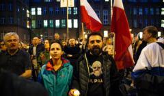 Demonstracja w obronie niezależności Sądu Najwyższego. Na zdjęciu ludzie z polskimi flagami