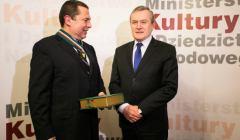 Bronisław Wildstein odbiera medal Gloria Artis z rąk Piotra Glińskiego