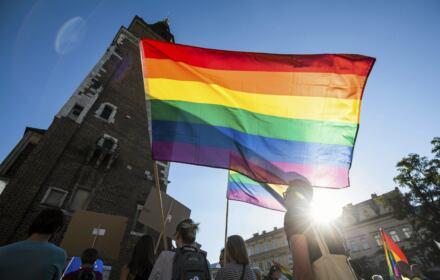Protestujący manifestują solidarność z osobami LGBT
