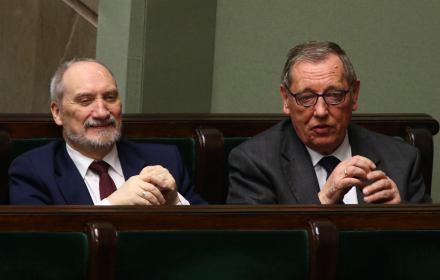 Udany gambit ministrów. Zwłaszcza wyborcy PiS cieszą się ze zniknięcia Macierewicza, Szyszki, Radziwiłła, Waszczykowskiego. Sondaż OKO.press