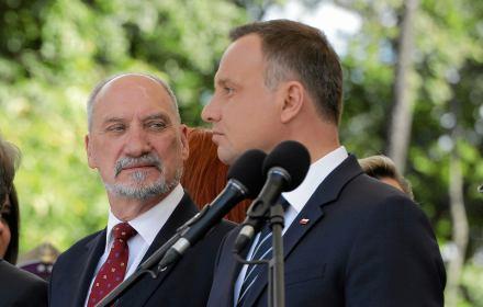 """Prezydent widzi świat na opak: """"Udało się odwrócić tendencję finansowania obronności"""". Tak, prezydent Komorowski ją odwrócił"""