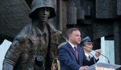 Prezydent Andrzej Duda w czasie Apelu Pamięci przed Pomnikiem Powstania Warszawskiego na pl. Krasińskich w Warszawie