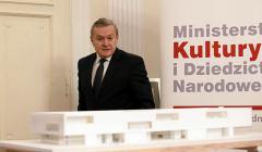 Minister-kultury-Piotr-Glinski--na-zdjeciu-oglada-