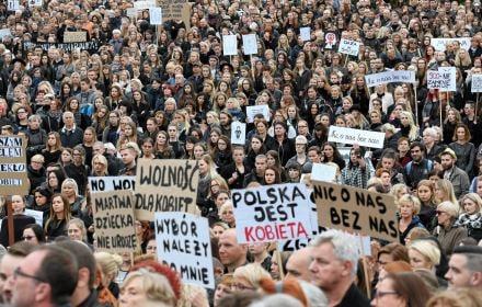 Aż 53 proc. za aborcją na żądanie do 12. tygodnia. Bliżej Europy, dalej od Kościoła [sondaż OKO.press]
