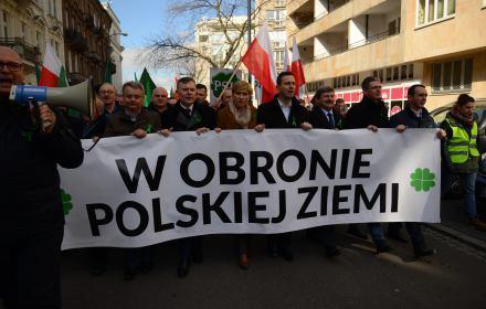 Ile polskiej ziemi PiS sprzedał cudzoziemcom? Nieco mniej niż PO-PSL, za to większej liczbie, głównie Niemców i Holendrów