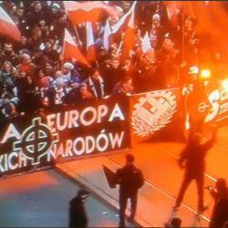 """Transparent z napisem """"Biała Europa braterskich narodów"""" i krzyżem celtyckim - symbolem wyższości białej rasy. Fot. screen"""