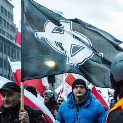 Krzyż celtycki na fladze niesionej przez uczestnika Marszu Niepodległości Fot. Katarzyna Pierzchała