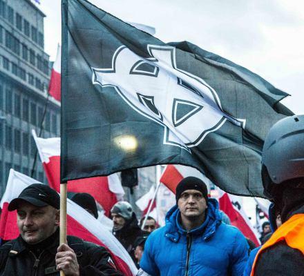 """Błaszczak: """"W Marszu Niepodległości idą zwykli Polacy"""". To prawda. I nasiąkają hasłami neofaszystów"""
