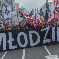 Krzyż celtycki na fladze narodowców z Poznania. Fot. Tomasz Stępień/ Agencja Gazeta