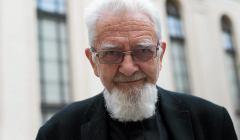 Ksiadz Adam Boniecki w synagodze pod Bialym Bocianem