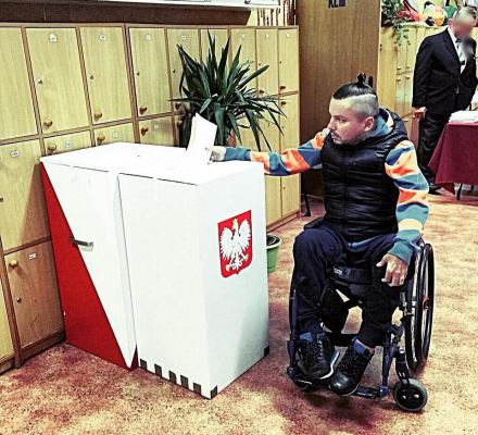 PiS wyklucza świadomie osoby z niepełnosprawnościami z życia publicznego - apel Helsińskiej Fundacji Praw Człowieka do Senatu