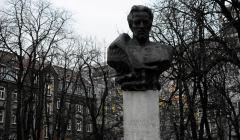 Remontowany pomnik Ludwika Warynskiego w Warszawie