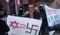 Manifestacja--Wiernych-Polsce--naprzeciw-synagogi-
