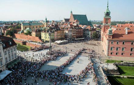 Plac Zamkowy zarezerwowany dla okołopisowskiej prawicy w rocznice Powstania Warszawskiego. Do 2021 roku