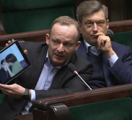 """""""Ujawnienie zdjęć Wąsika z PiS to żenująca, homofobiczna akcja"""" - mówią obrońcy praw LGBTQ"""