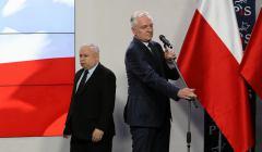 Jarosław Kaczyński i Jarosław Gowin, PiS obwinia PKW i samorządy