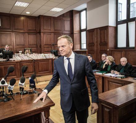 Tusk zeznaje przed sądem. Niepełnosprawni protestują w Sejmie. Ziobro zaostrza kodeks karny. Kronika Skórzyńskiego (21-27 kwietnia 2018)