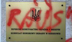 Obrazliwe napisy na budynku Konsulatu Honorowego Ukrainy