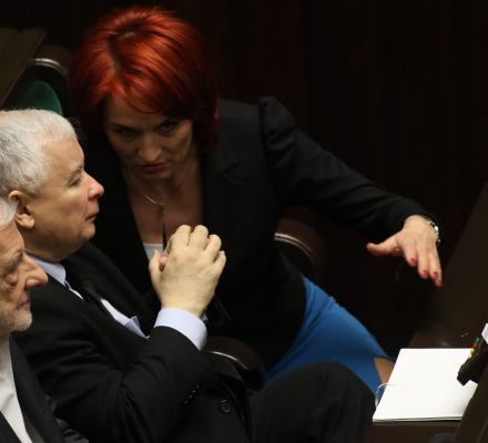 Polacy wybierają PiS, bo dobrze rządzi i troszczy się o biedniejszych. PO - by odsunąć PiS od władzy. A dlaczego...