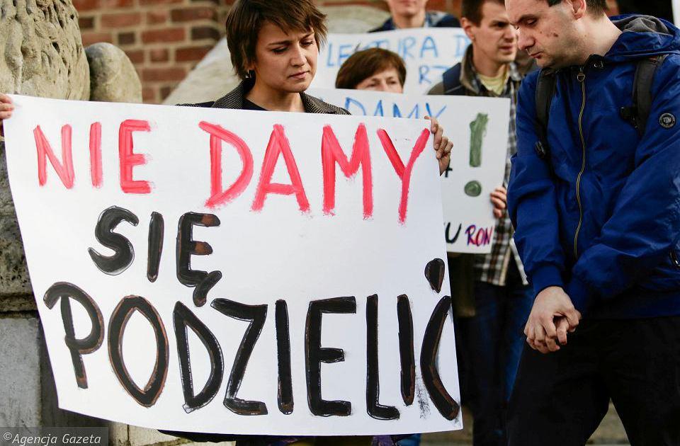 kobieta trzyma transparent z napisem Nie damy się podzielić